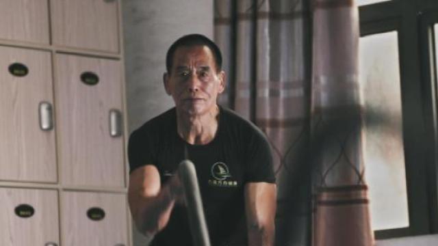 67岁大叔逆袭成肌肉猛男,秒杀90后
