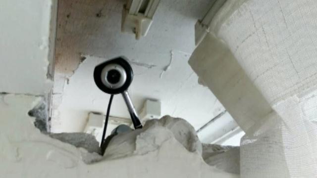 酒店墙上有洞,男子架摄像头拍夫妻