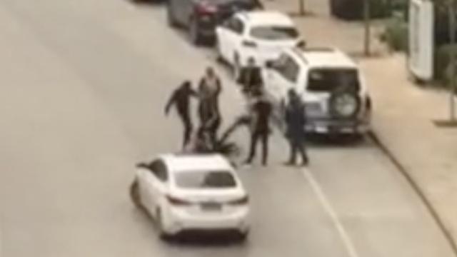 停车起口角,女收费员劝阻被5男踹踢