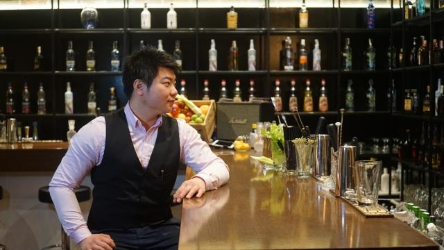 华人小伙想证明中国也有好调酒师
