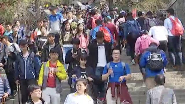 清明泰山看人海:平均1分钟30人登山