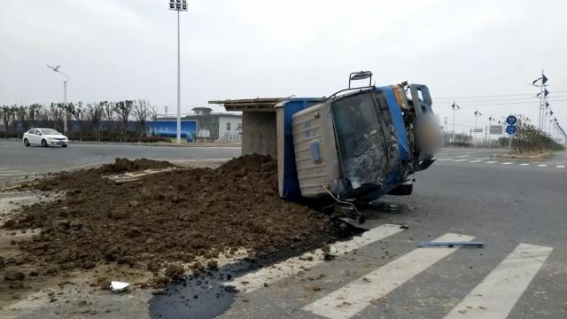 渣土车十字路口碰撞,殃及小轿车