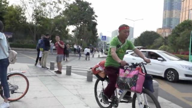 牛!大叔骑车纵跨中国,被狗撵进沟