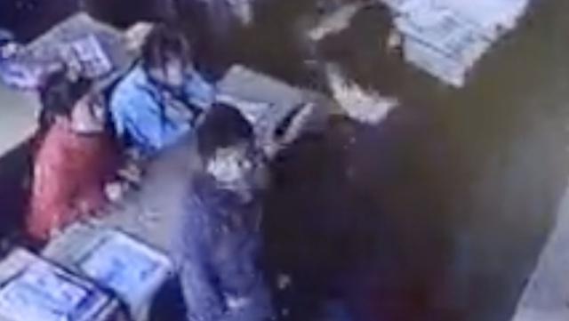 检查作业顶撞老师,3学生被扇脸脚踢