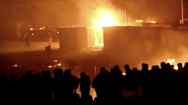 难民间起冲突,把法国难民营烧了