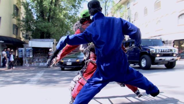 厉害了!这小哥绑两个人偶跳街舞