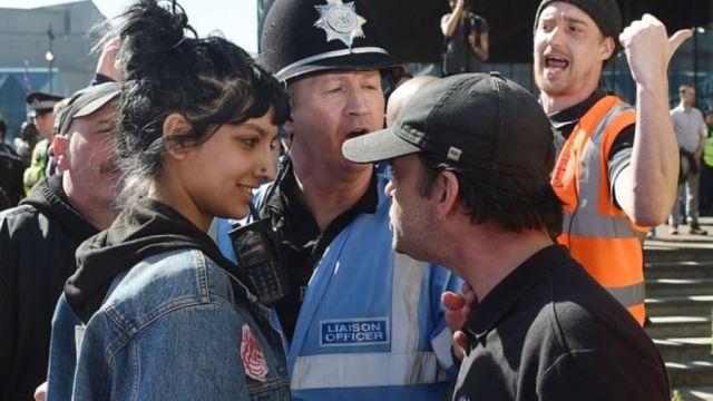 微笑以对暴怒示威者,她走红网络