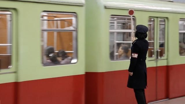在朝鲜乘坐世界最深地铁是什么体验
