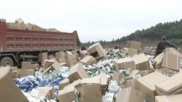 实拍:百万盒有害食品&假冒药品被埋