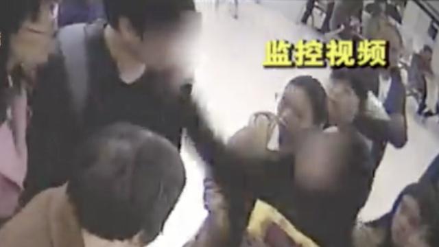 男子在医院猥亵女性,被当众扇蒙