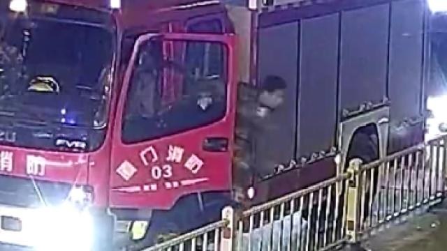 """消防战士训练途中""""秒杀""""劫匪"""