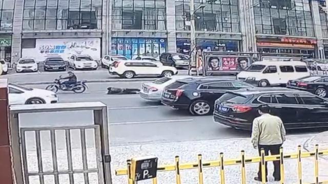 私家车主拦撞人逃逸摩托,被拽数米