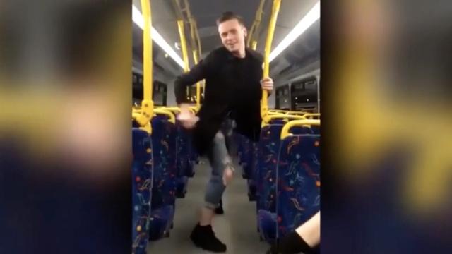 他在行驶的公交车上热舞:火辣风骚