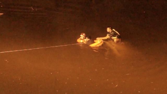 面包车载8人坠塘,男子蹲车顶等救援