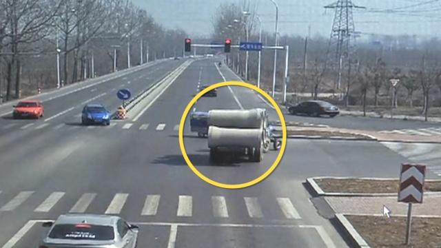 拖拉机摊大事:无牌超载闯红灯撞车