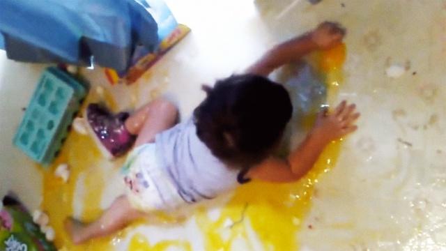 看到宝宝在蛋海里遨游,妈妈震惊了