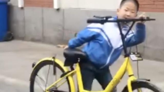 共享单车被私锁,小学生抬着去报警