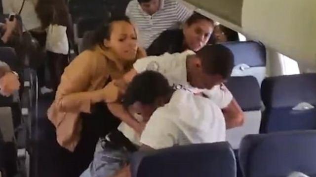 美国两乘客飞机上斗殴,一人被捕
