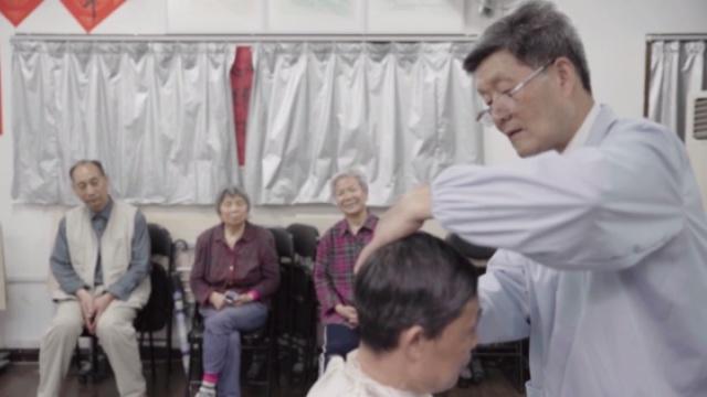 感动!退休海军52年免费剃头3万次