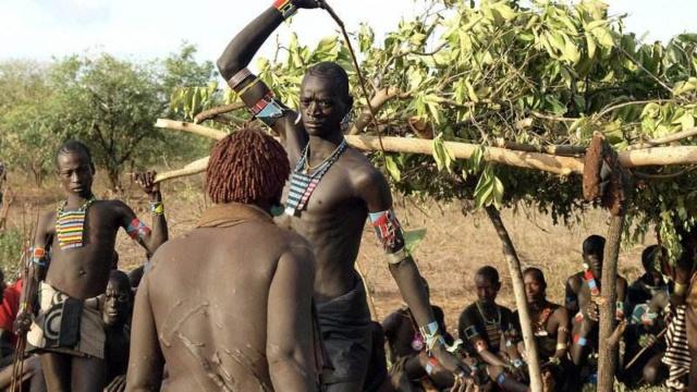 非洲部落奇葩成人礼:男子鞭打女性
