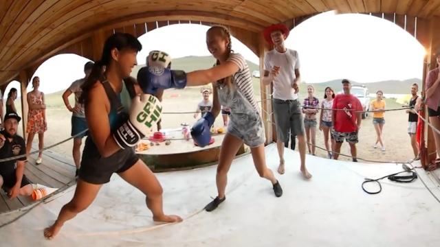 女孩间的拳击对决,打到自己都笑场