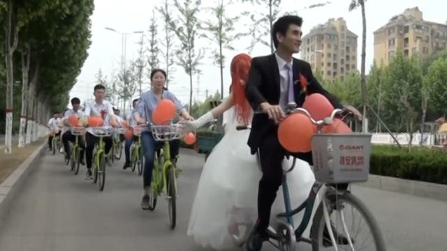新郎骑单车迎亲,新娘坐后座不委屈
