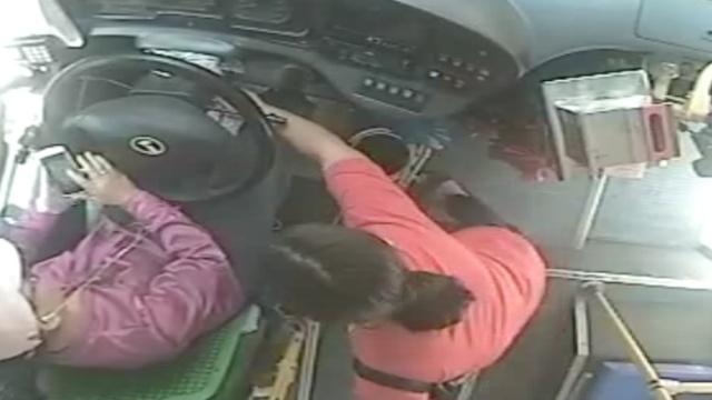 家门口下车被拒,她竟拔了公交钥匙