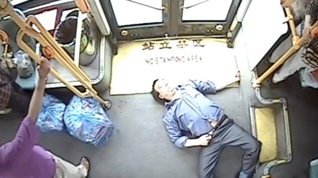 乘客突然发病,公交司机闯2红灯送医