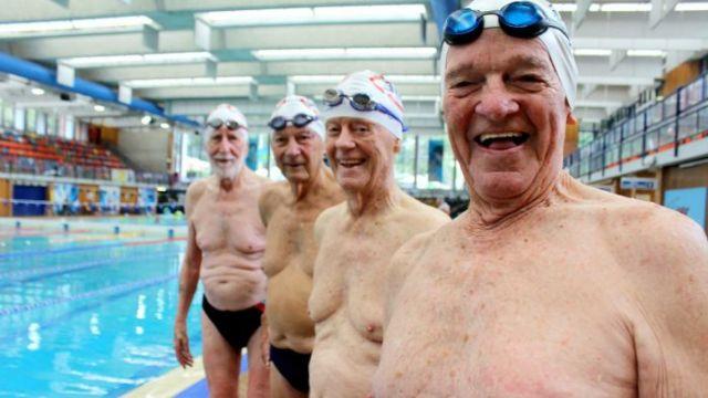 4位共360岁的老人冲进游泳馆,但…