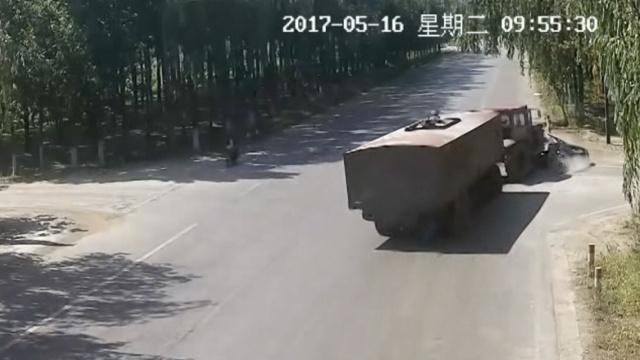 重型拖拉机怼轿车,车头爬上轿车顶