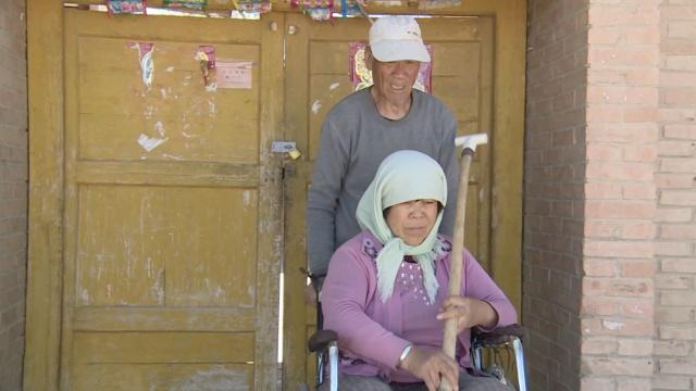 """他兑现婚前誓言:当妻""""拐杖""""30年"""
