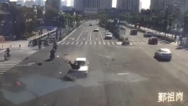 电动车路口被轿车撞飞,现场现断肢