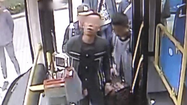公交司机指认小偷,帮乘客追回手机
