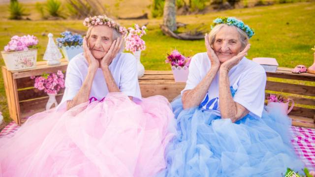 百岁双胞胎过生日,拍粉红少女写真