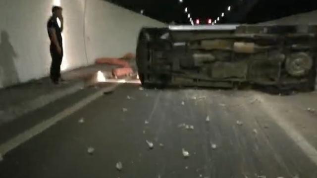 监控:货车隧道爆胎侧翻,火花四溅