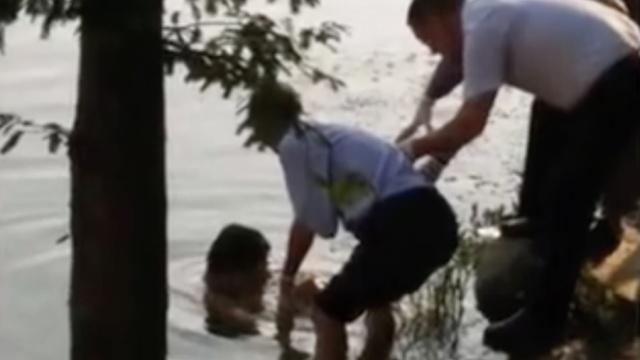 公园河中现男尸,目击者:钓鱼钓起的