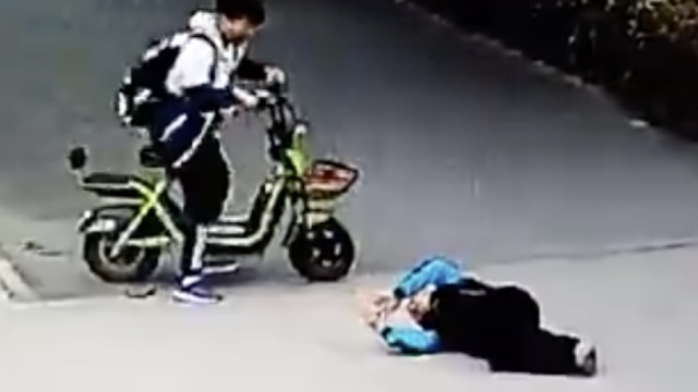 小伙撞倒老人后骑车逃逸,家属寻人