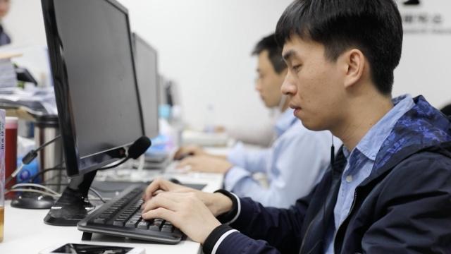 盲人程序员:背百万字符用耳朵编程