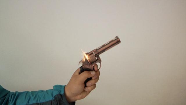 8岁男孩玩砸炮枪,子弹揣兜突然爆炸