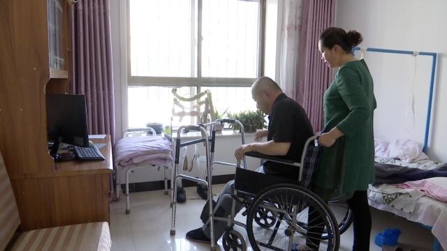 丈夫车祸高位截瘫,她护理照顾10年