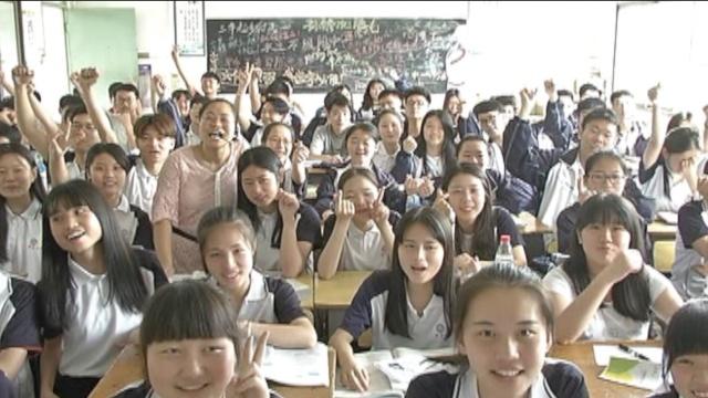 高考最后一课:师生拥抱,老师含泪