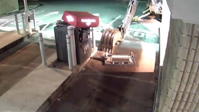 马里兰州小哥开挖掘机抢ATM,失败了
