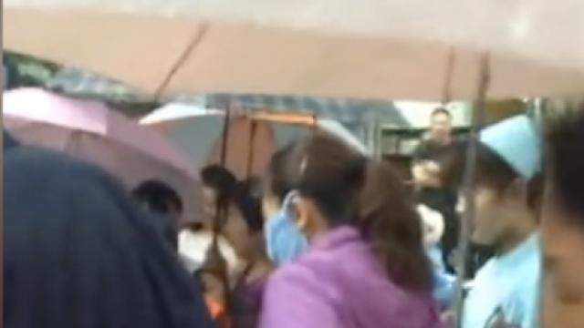 孕妇街头早产,市民撑伞挡雨做产房