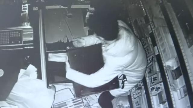 监拍:他半夜行窃,偷香烟拽走收银机
