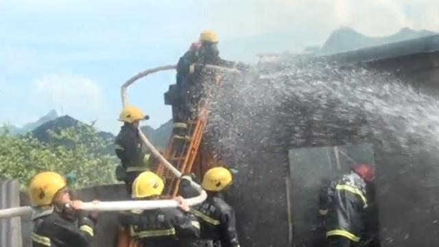 顶高温灭火,消防战士:热!拿水喷我