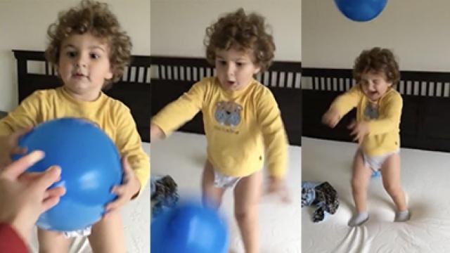 妈妈拿漏气气球给宝宝玩,他吓坏了