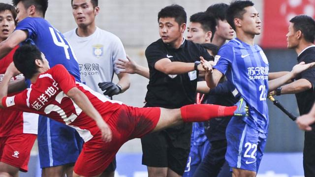 中国足坛暴力史:无视裁判,打到国外
