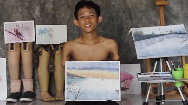 他车祸中没了四肢,却坚持用嘴作画