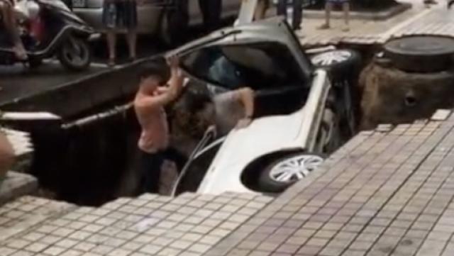 连日大雨路面塌陷,2人随车坠深坑