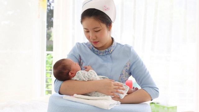 这样给宝宝喂奶可以疏通乳腺哦!